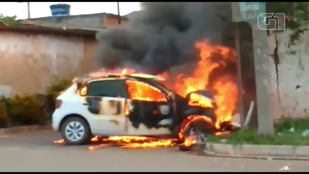 Carro pegou fogo após perseguição policial no Condomínio Prive, em Ceilândia
