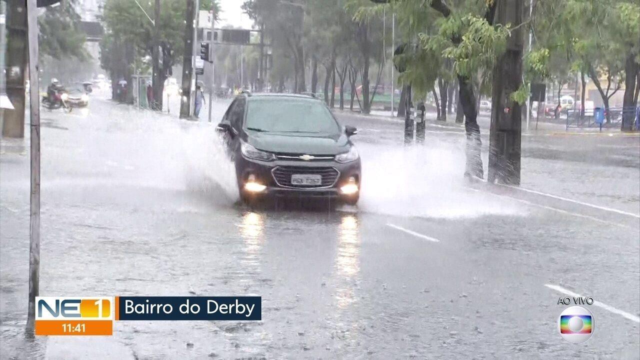 Chuva alaga ruas do Recife e suspende aulas em escolas e universidades
