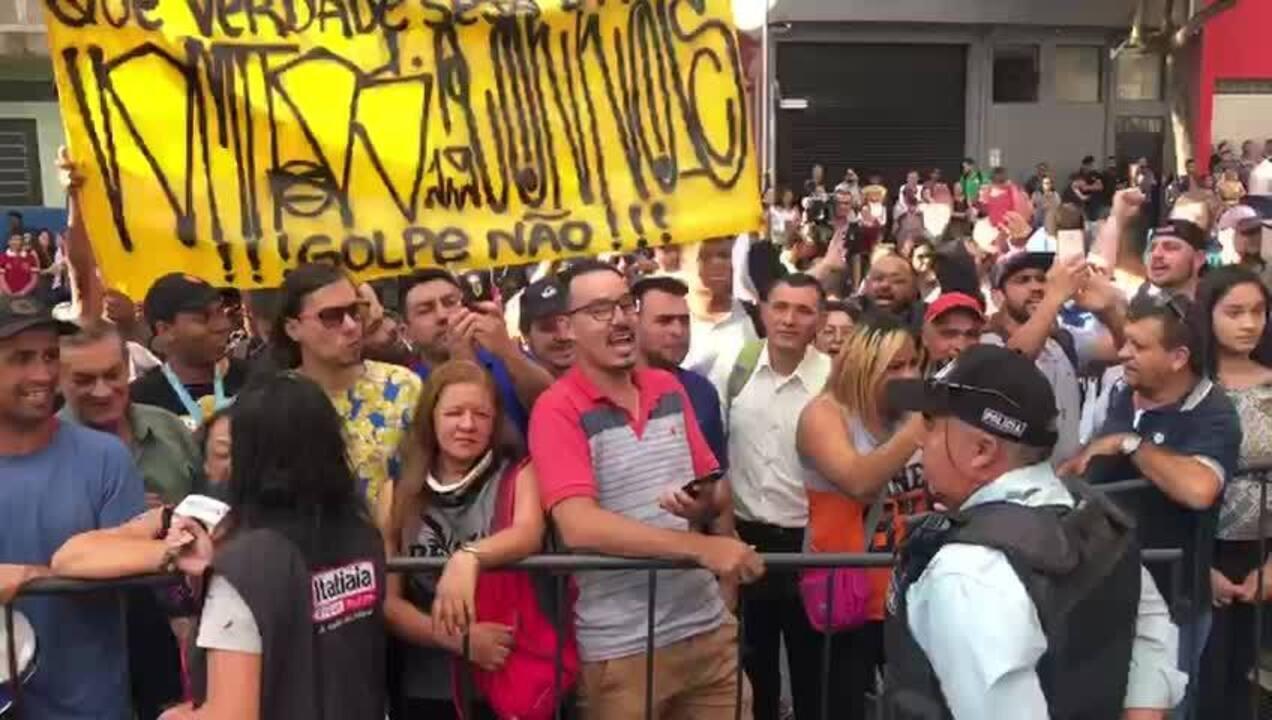 Público acompanha depoimento de Neymar do lado de fora da delegacia (Imagens: Robinson Cerântula/TV Globo)