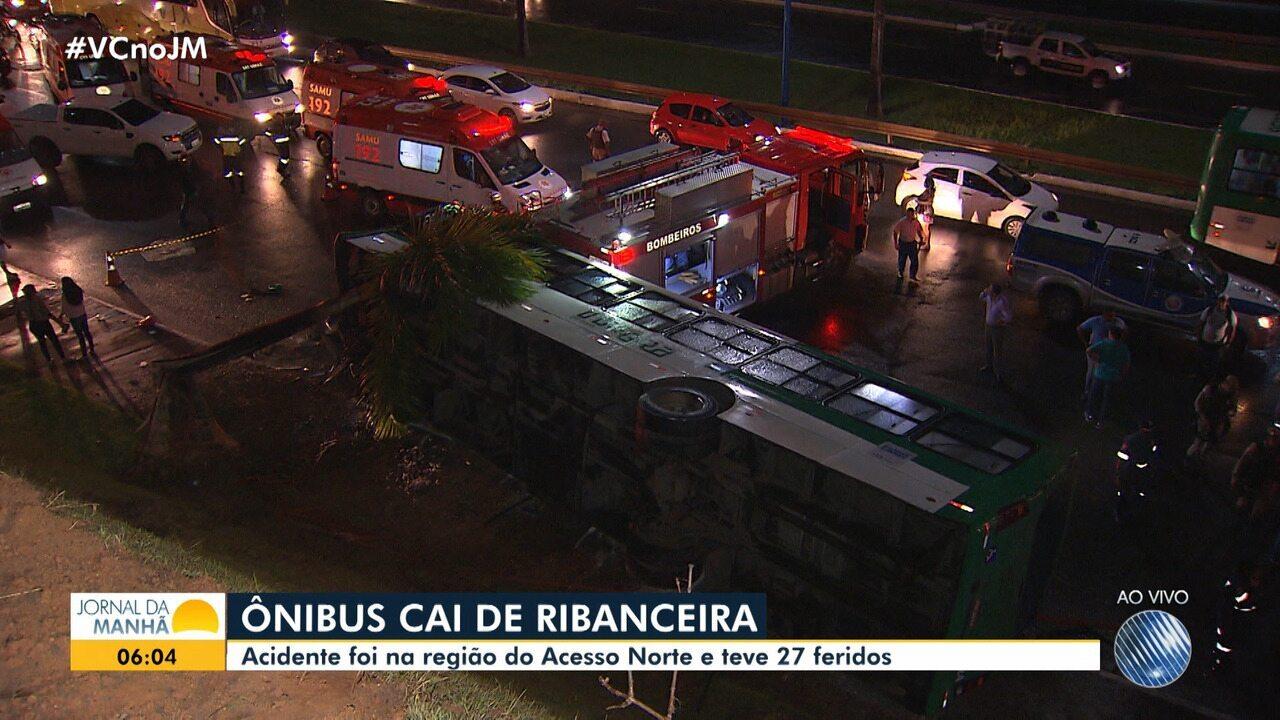 Ônibus cai de ribanceira e 27 pessoas ficam feridas na capital