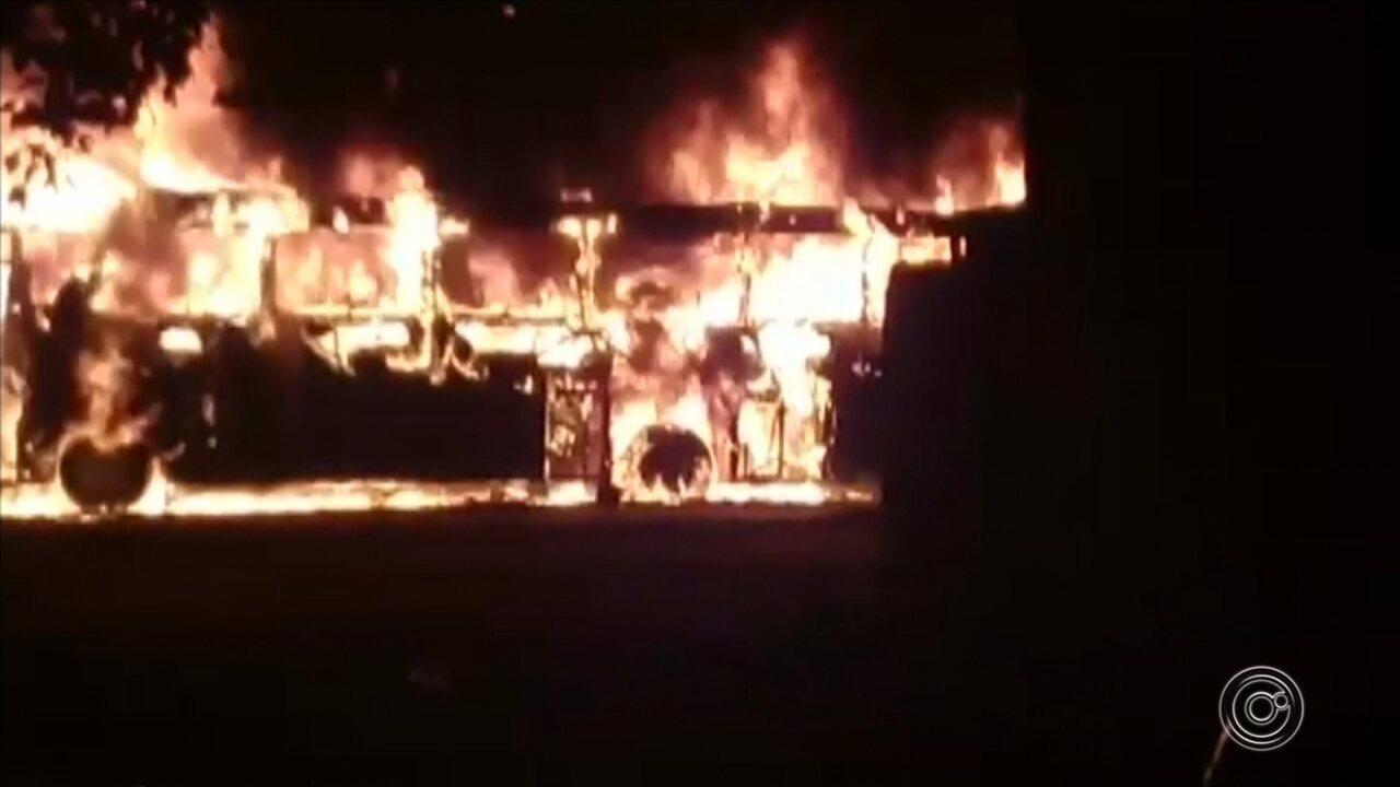 Quatro ônibus fretados são queimados de forma criminosa na região de Sorocaba