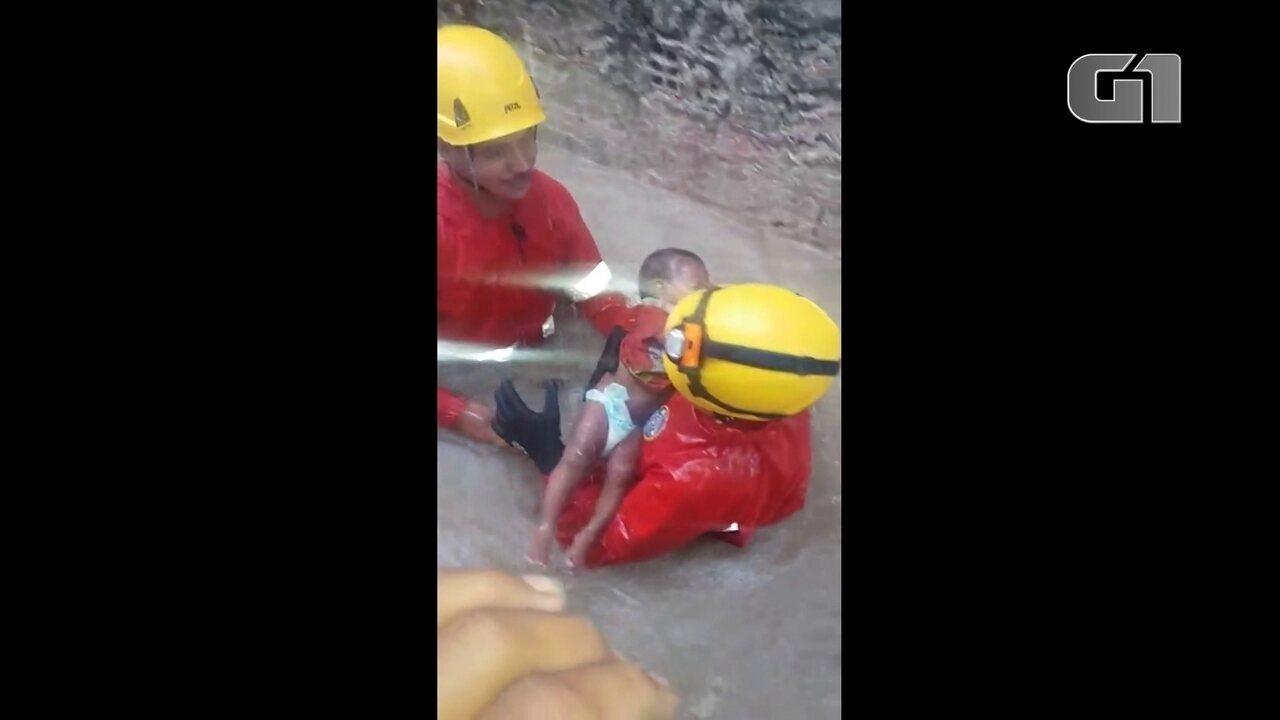 Bebê é resgatado pelos bombeiros em rua estreita durante chuva em Olinda