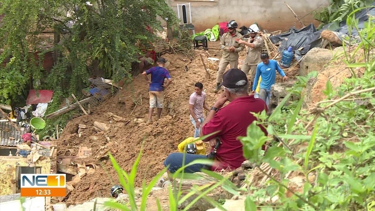 Bombeiros continuam buscas por dois irmãos soterrados após barreira deslizar em Camaragibe
