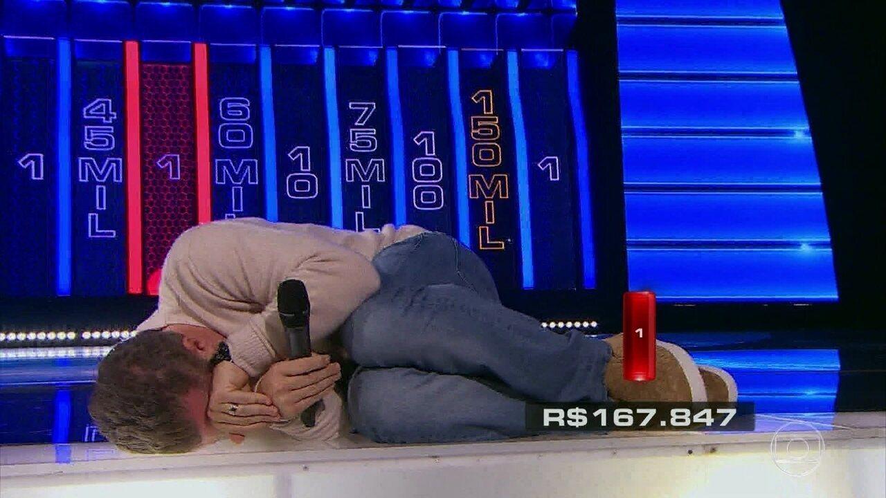 Luciano Huck imita tatu-bola para comemorar no 'The Wall'