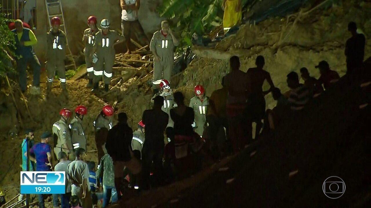 Bombeiros buscam dois irmãos soterrados após deslizamento de barreira em Camaragibe