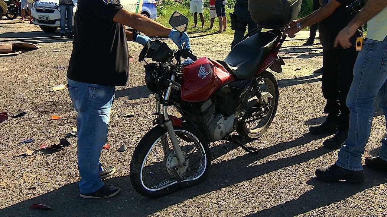 Batida entre motocicletas deixa uma pessoa morta e duas feridas na Avenida Euclides Figuei