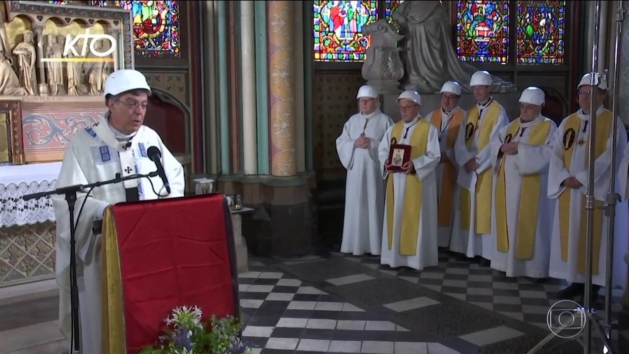 Catedral de Notre-Dame recebe a primeira missa após incêndio
