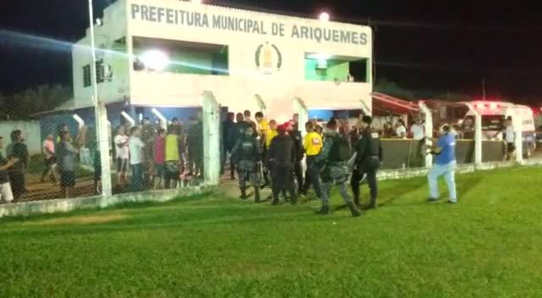 Depois do jogo entre Real Ariquemes e Manaus, árbitros tiveram que sair escoltados do gramado