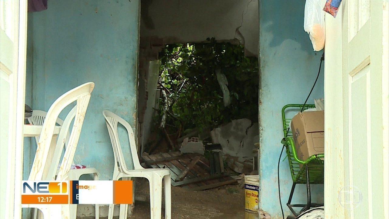 Chuva provoca deslizamento de barreira e casa é parcialmente destruída em Olinda