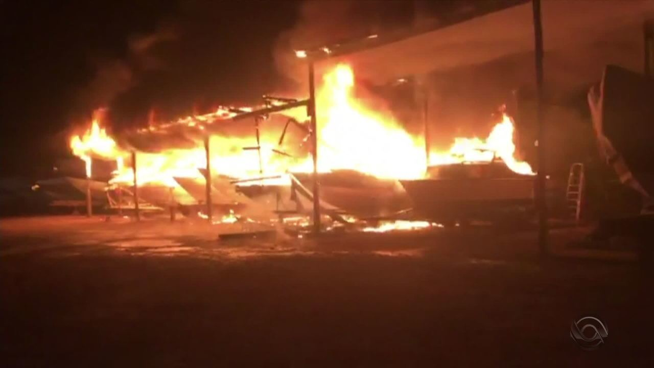 Incêndio destrói 24 lanchas em Porto Alegre
