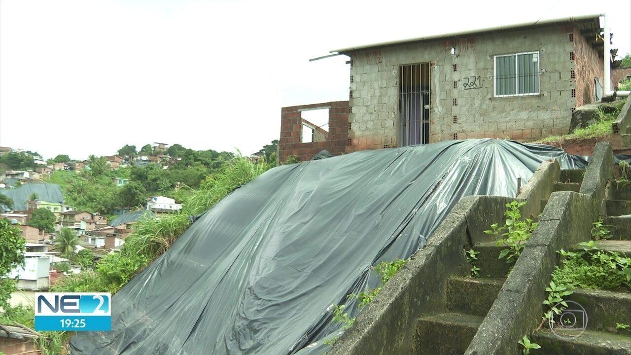 Parte de escadaria cai em Camaragibe, na área onde barreira deslizou e matou sete pessoas