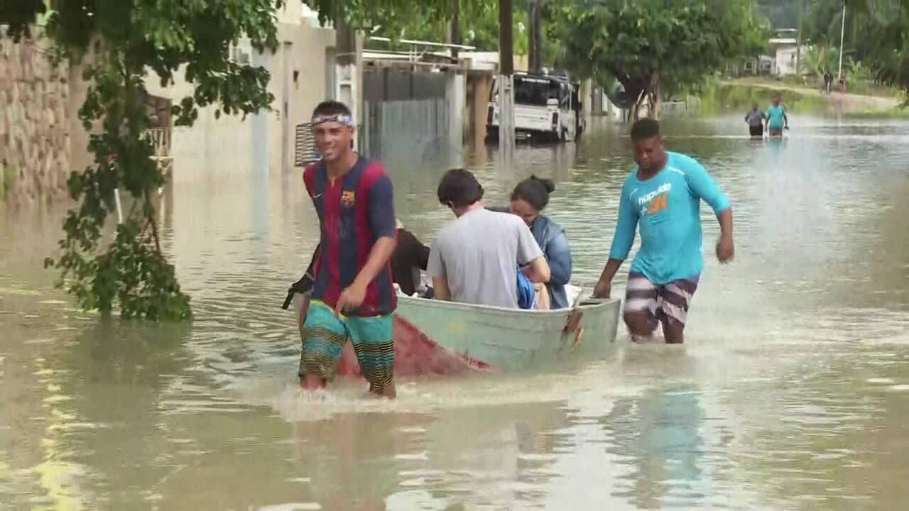Moradores de Olinda usam barco como meio de locomoção em rua alagada