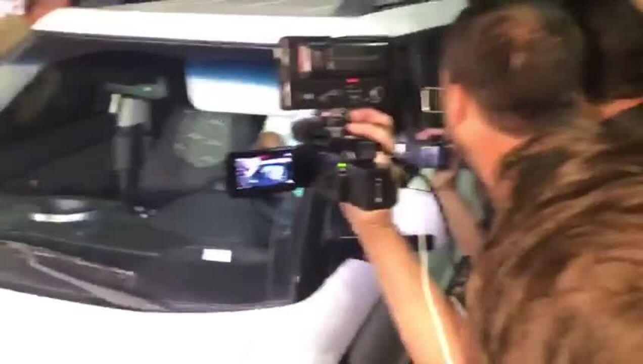 Najila Mendes de Souza deixa delegacia após prestar depoimento