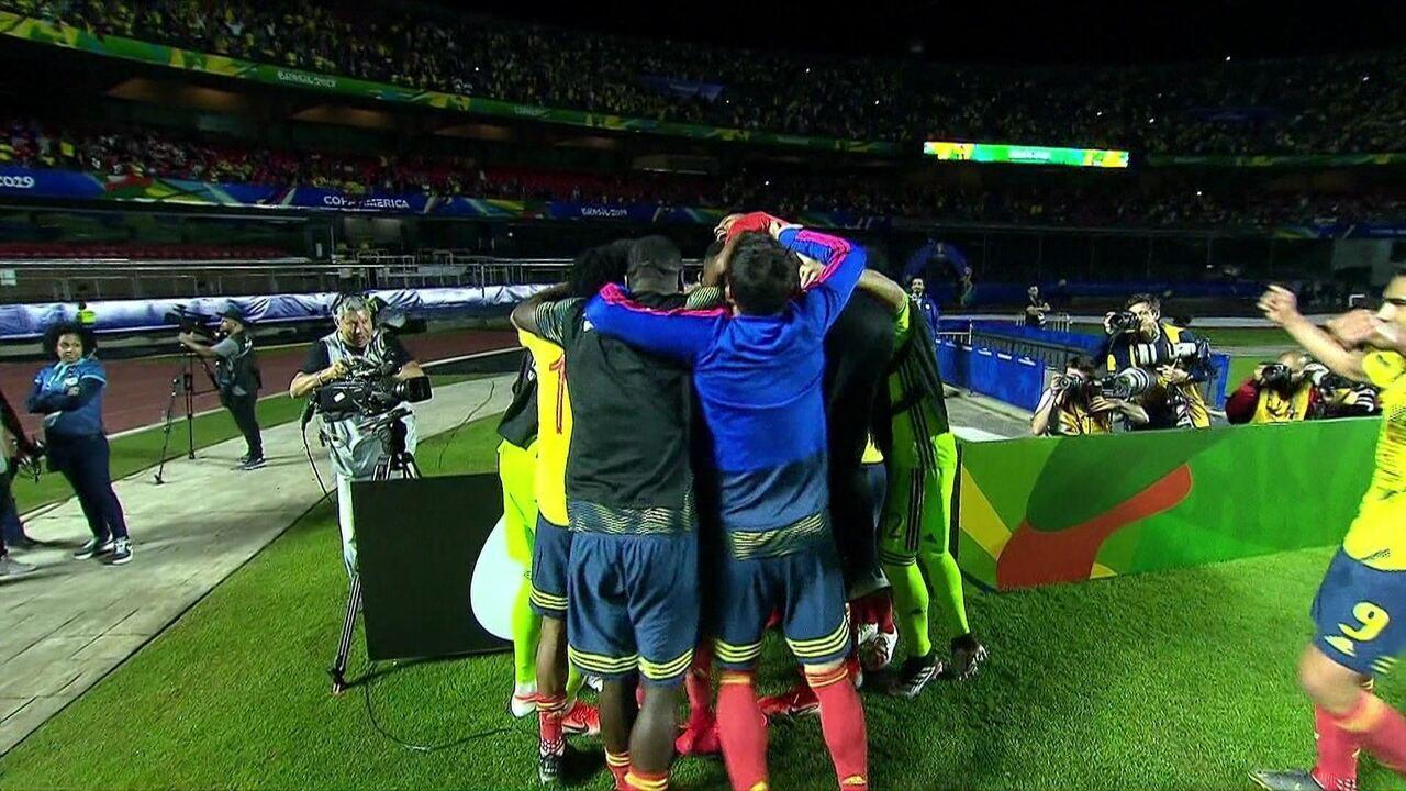 Gol da Colômbia! Após bola levantada por James Rodríguez, Zapata marca de cabeça contra o Catar