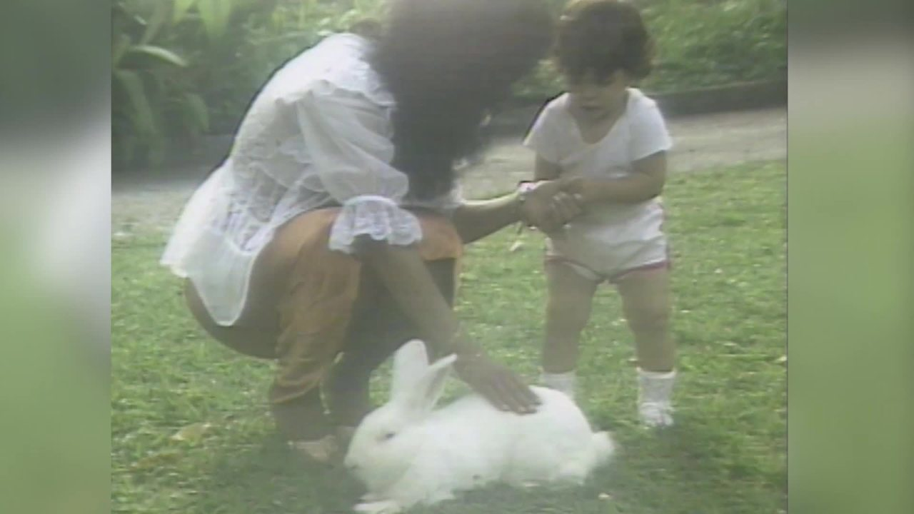 Gretchen canta com a filha bem pequena