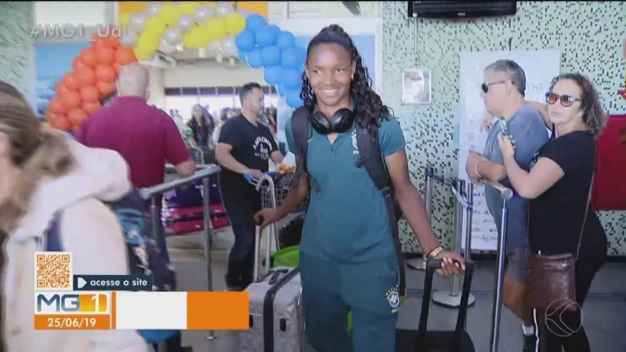 Zagueira Daiane é recebida com festa em Uberlândia após participação na Copa do Mundo