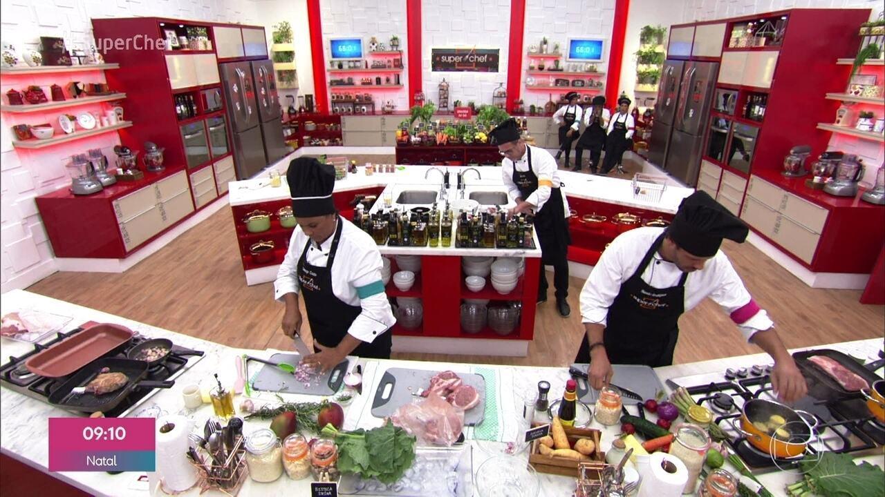 Participantes preparam carne de porco com acompanhamento de fruta na prova