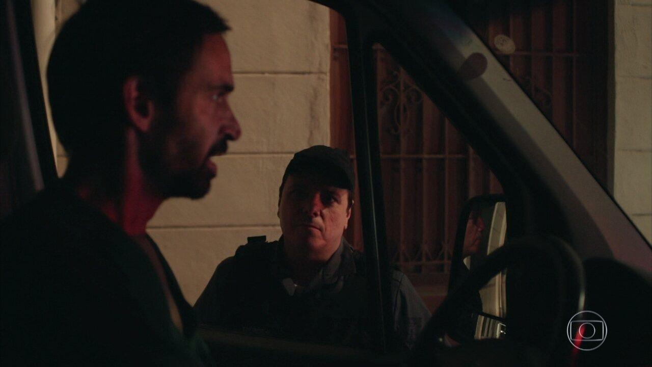 Aristeu tenta fugir com Evandro, mas a polícia impede