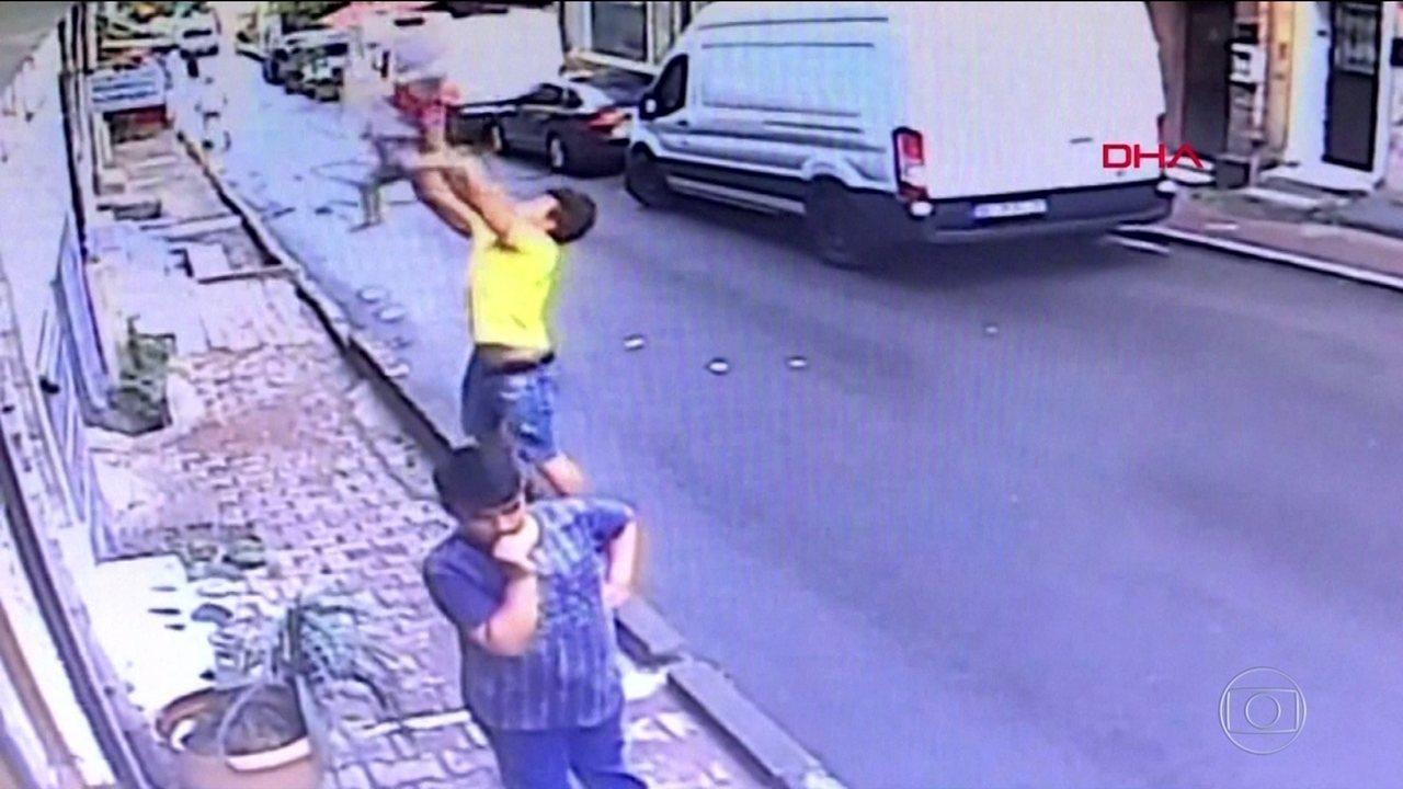 Jovem salva menina de 2 anos que caiu de um prédio em Istambul, na Turquia