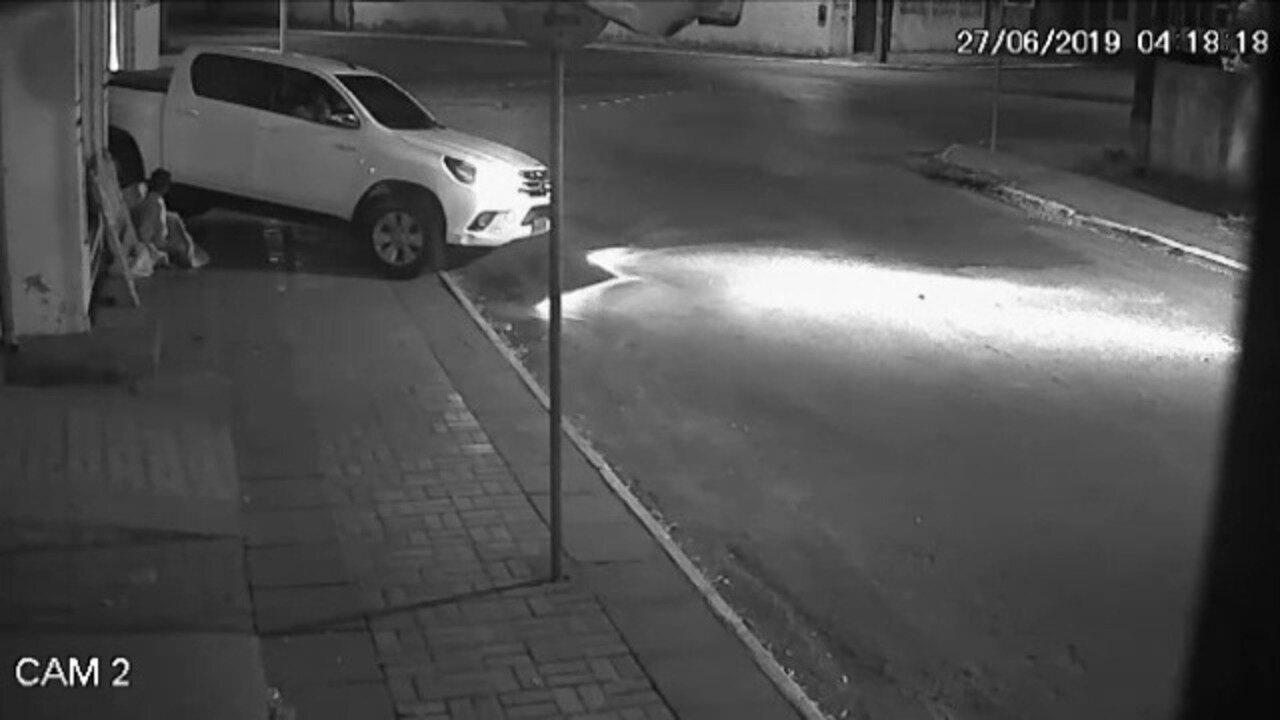Vídeo mostra o momento em que o carro atinge o morador de rua
