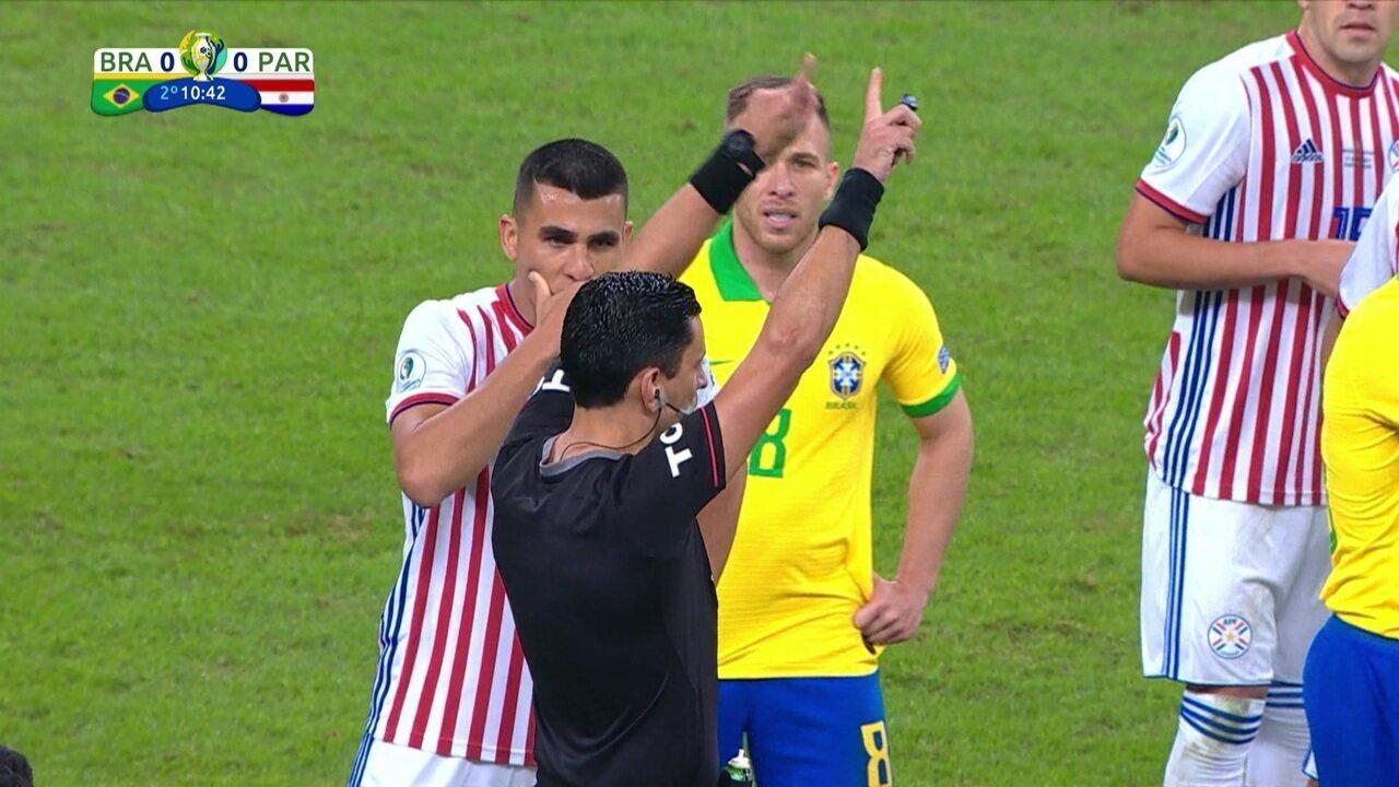 """Árbitro volta atrás e marca falta fora da área para o Brasil: """"Não se comemora pênalti!"""""""