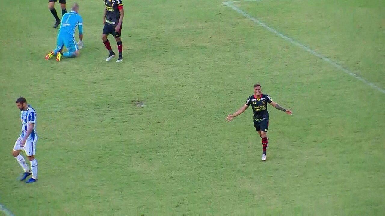 Aos 10 do 2º, Yan é lançado, dribla João Carlos e coloca Sport na frente: 2 a 1