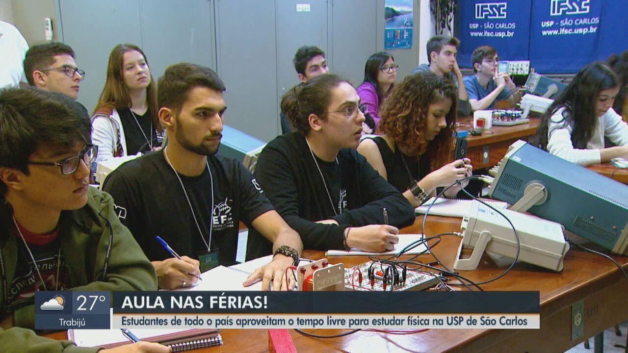 Estudantes trocam uma semana de férias para aprender física na USP em São Carlos