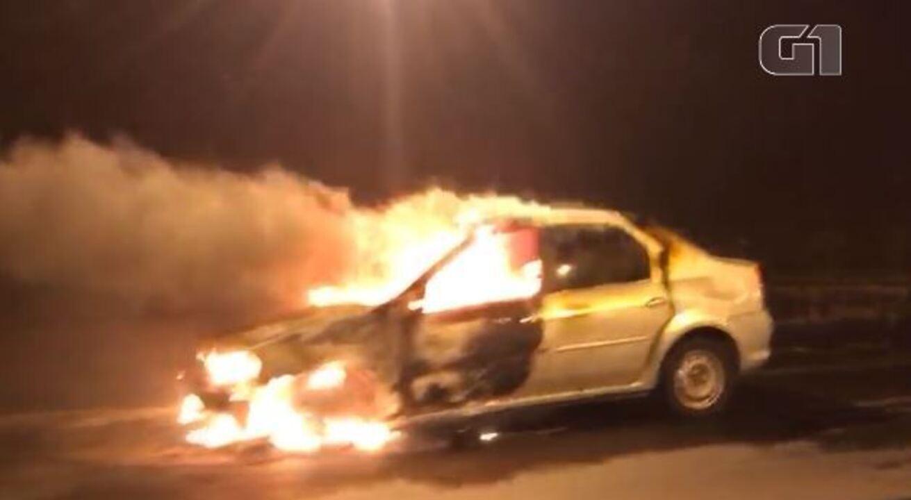 Carro pega fogo no túnel Rebouças