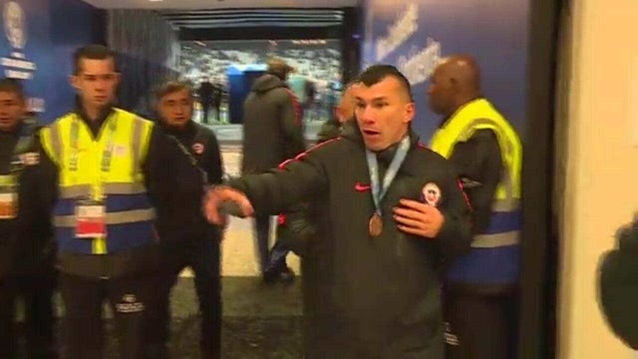 Expulso com Messi, Medel sai nervoso de campo após receber medalha pelo Chile