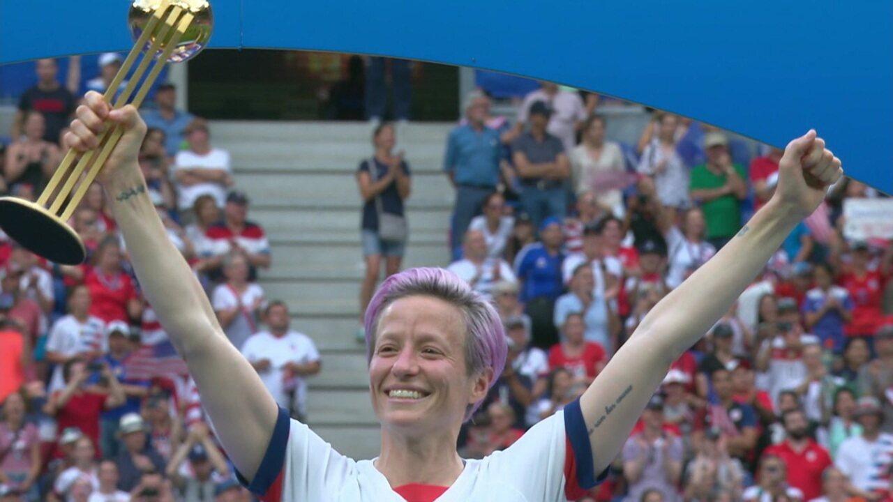 Repinoe recebe o prêmio de melhor jogadora da Copa do Mundo de Futebol Feminino