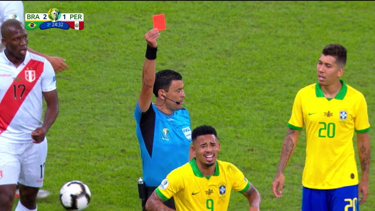 Cartão vermelho! Gabriel Jesus comete falta dura, recebe segundo amarelo e é expulso, aos 24 do 2º tempo