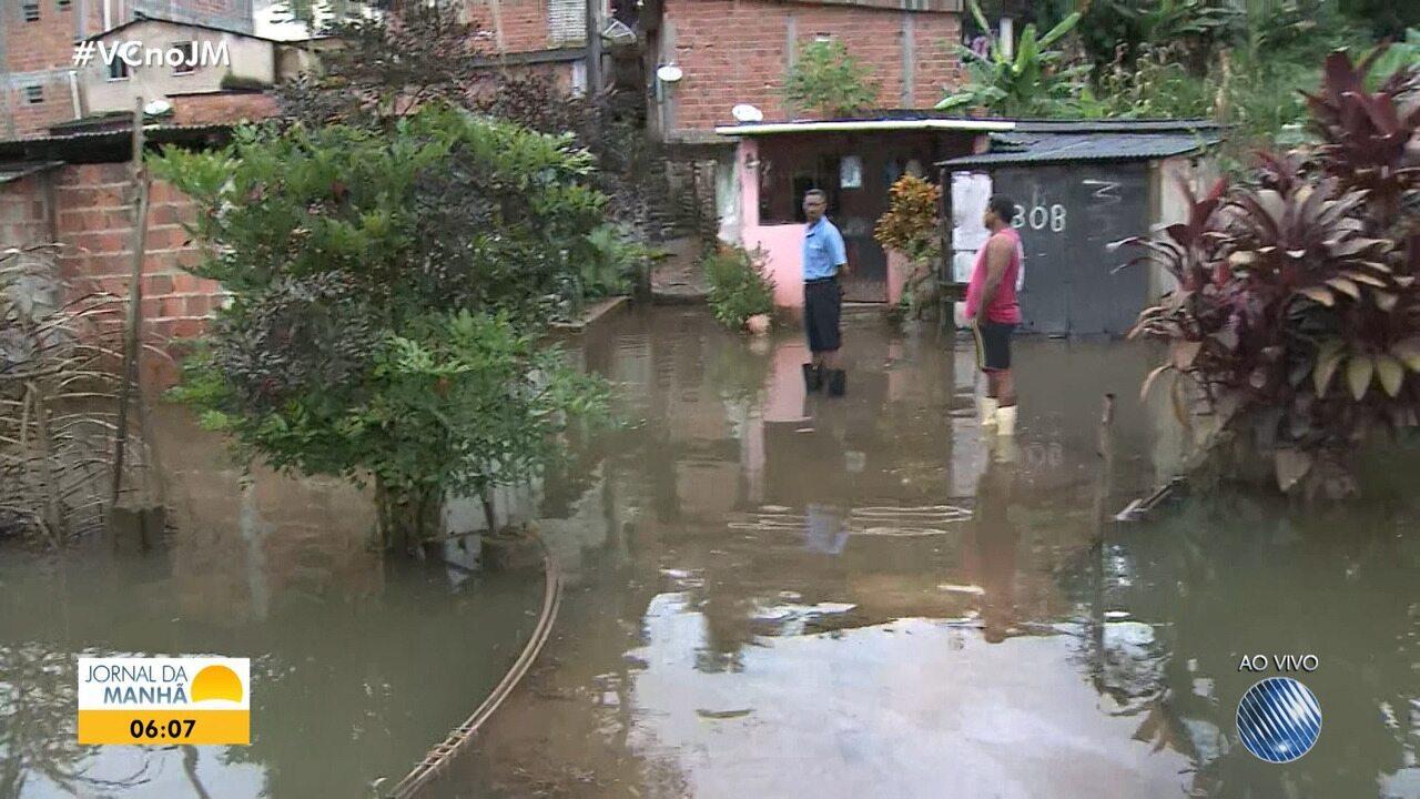 Moradores do bairro de Valéria enfrentam prejuízos após fortes chuvas