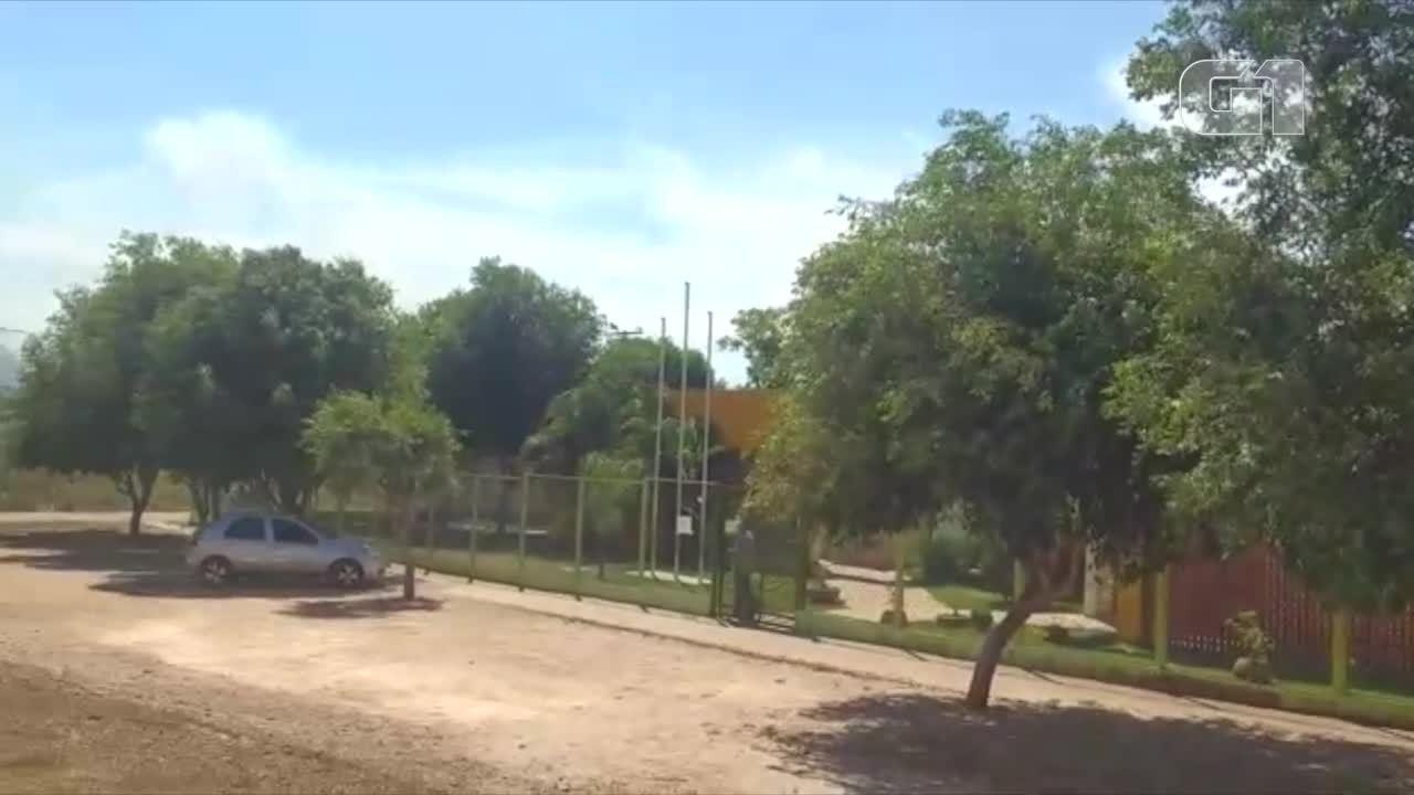 Bombeiros combatem incêndio em lote ao lado de creche, em Palmas