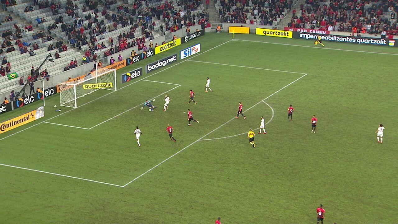 Arrascaeta dá bolão e deixa Gabigol na cara do gol, que chuta em cima de Santos, aos 02' do 2º tempo