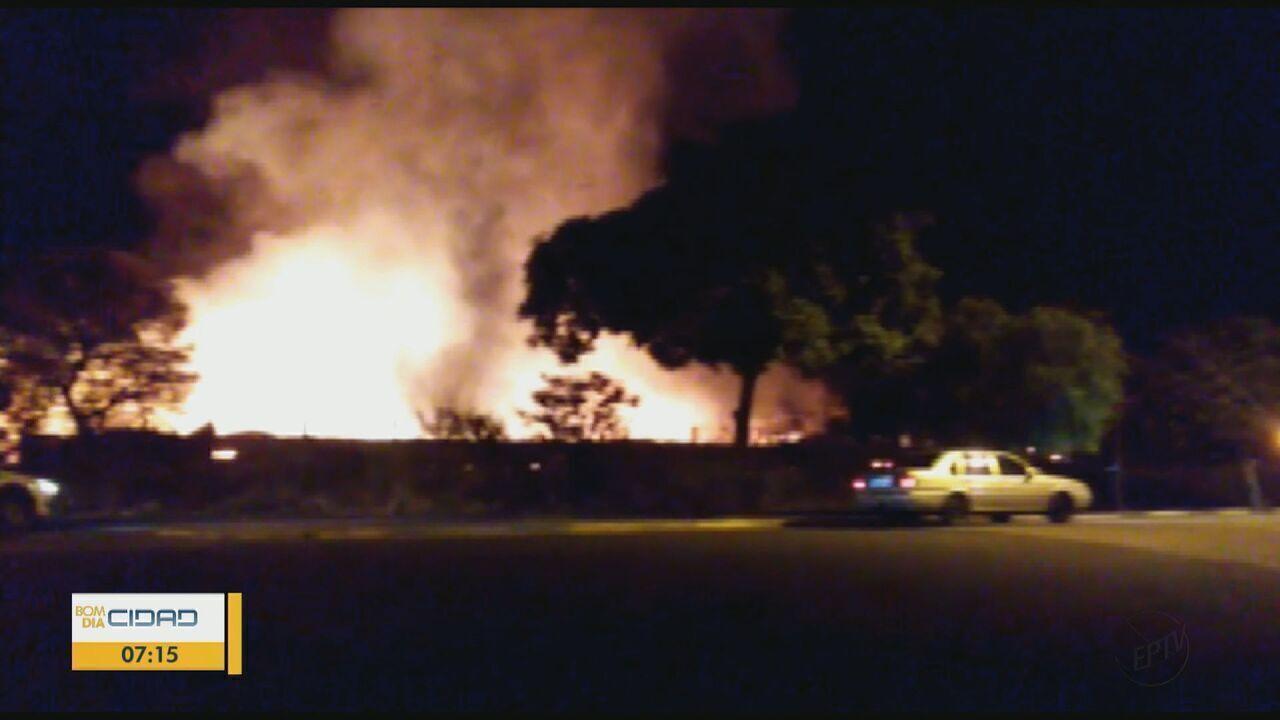 Fábrica desativada de cerâmica pega fogo em Tambaú