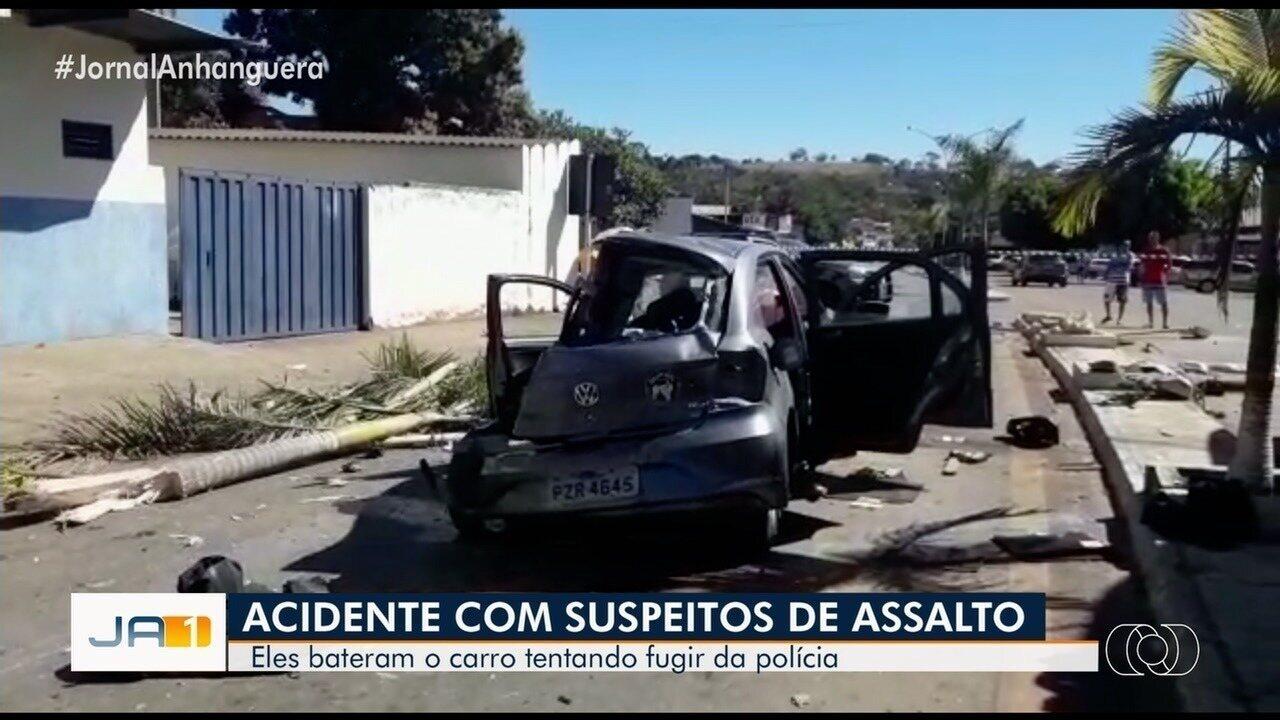 Suspeitos que estavam sendo perseguidos pela polícia se envolvem em acidente com morte