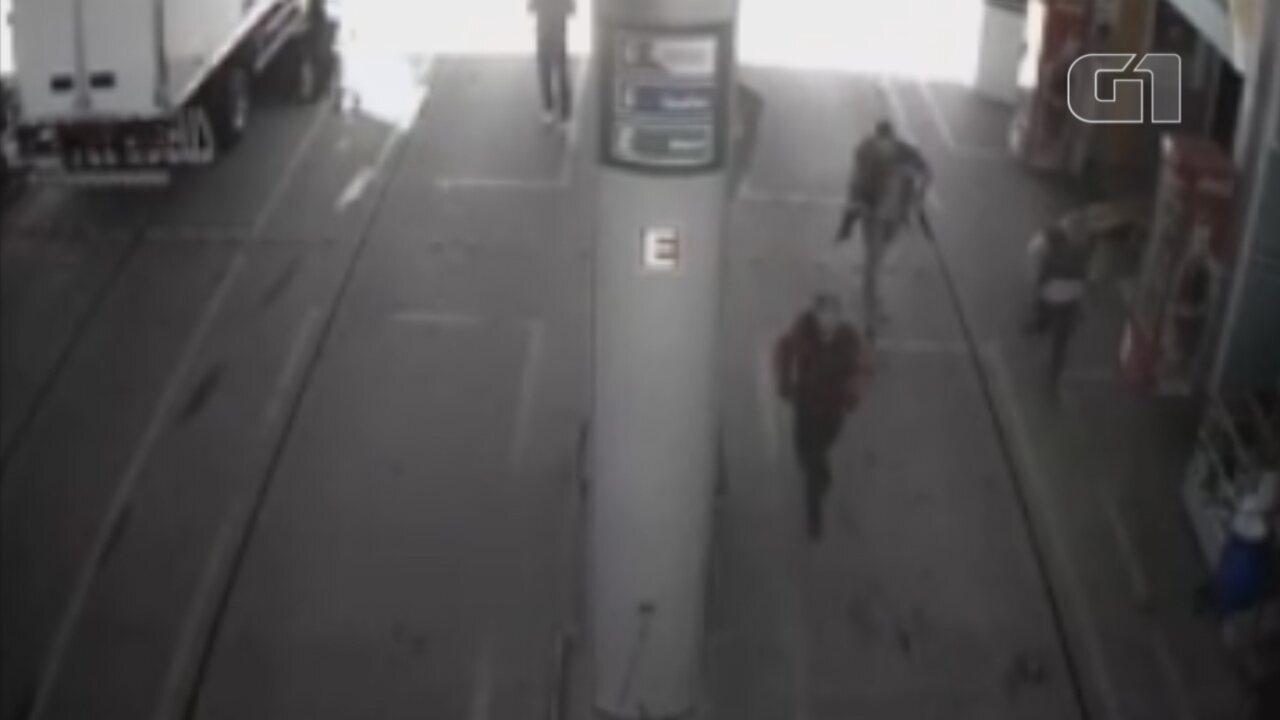 Câmeras flagram grupo chegando ao posto de combustíveis em Piedade