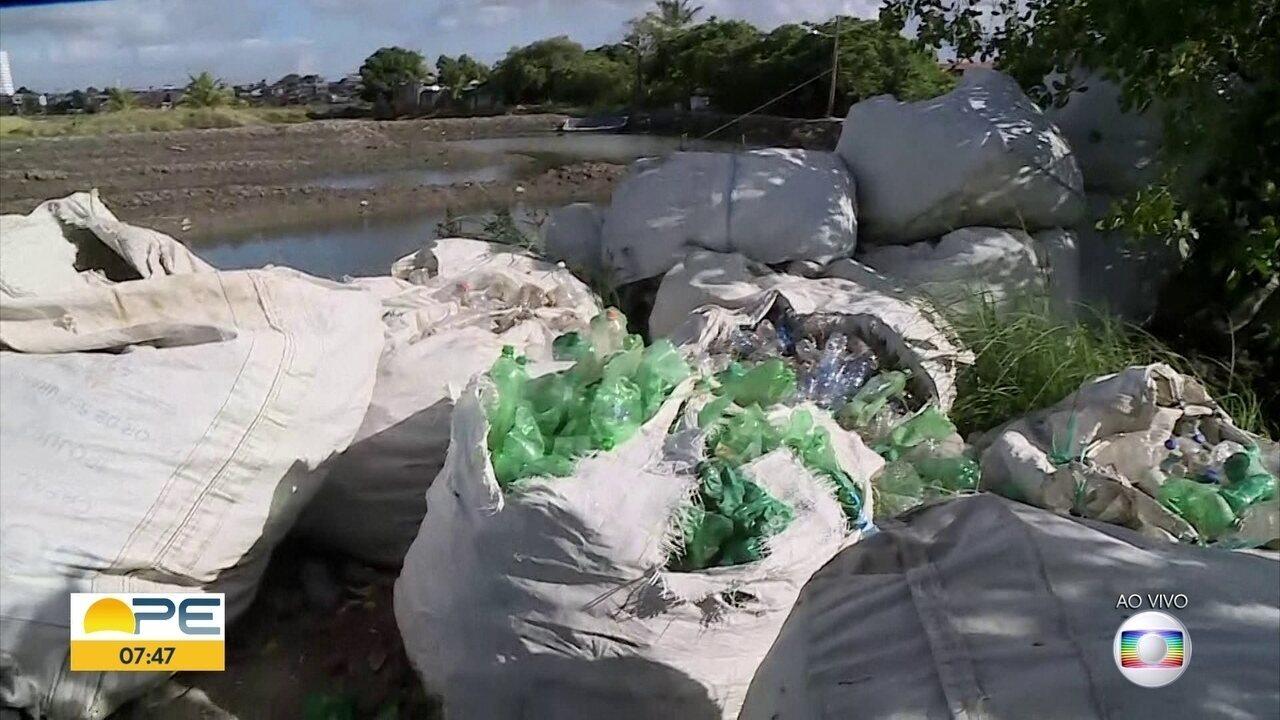 Pescador da Ilha de Deus faz coleta de lixo voluntária durante o trabalho