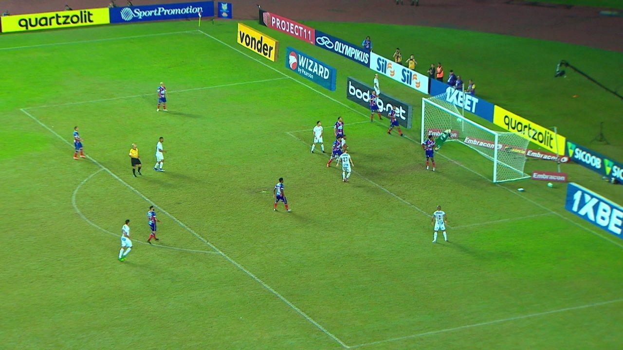 Douglas voa para defender o gol do Bahia, aos 22 do 2º tempo