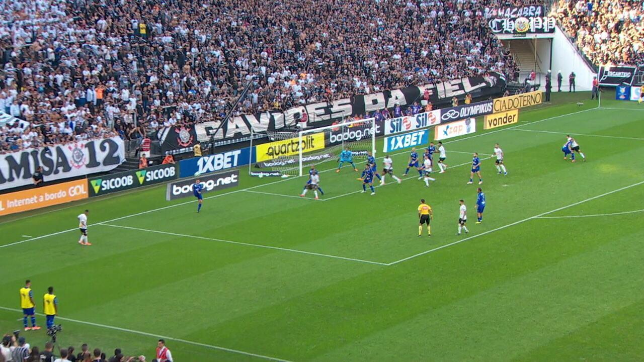 Sornoza bate direto para o gol e Jordi tira de soco aos 45 do 1º tempo