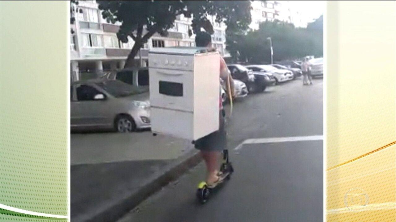 Morador do Rio é flagrado transportando fogão em patinete alugado