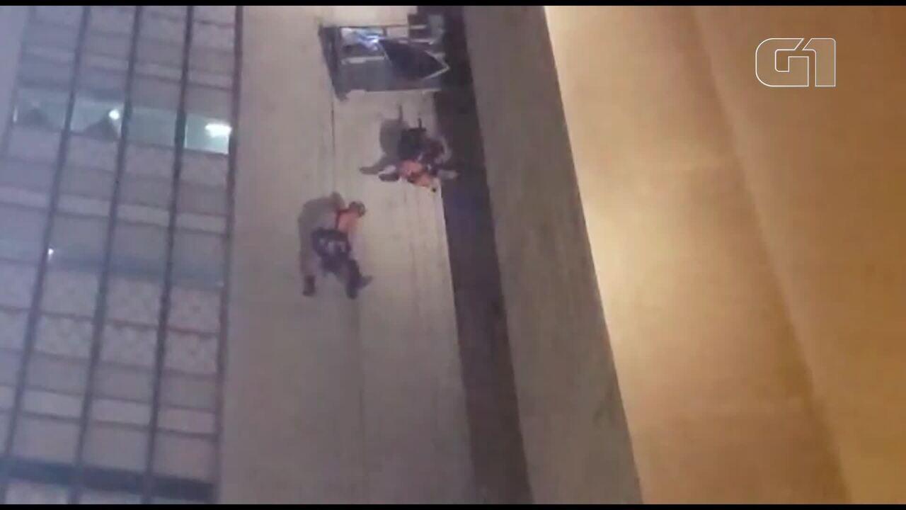 Trabalhadores ficam pendurados em andaime a 23 metros de altura no DF