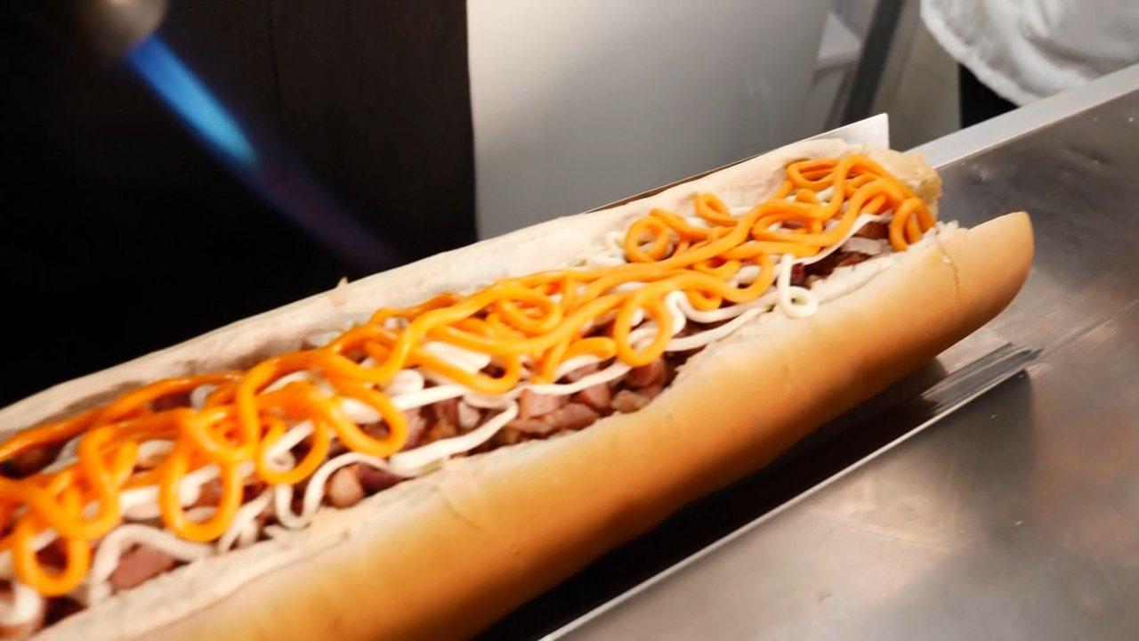 Conheça o famoso cachorro quente de 60 centímetros de Curitiba