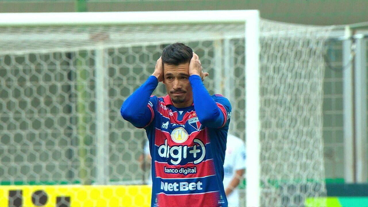 Gol do Atlético-MG! Juninho tenta recuar de muito longe e encobre Felipe Alves, aos 6 do 1º