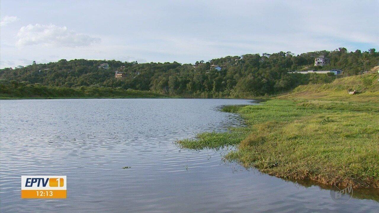 Barco bate em tronco e três pessoas ficam feridas no Lago de Furnas, em Varginha