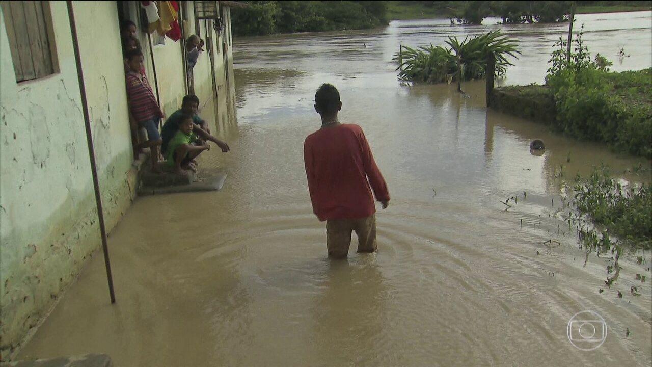 Forte chuva deixa mais de duas mil pessoas desabrigadas em Barreiros, em Pernambuco