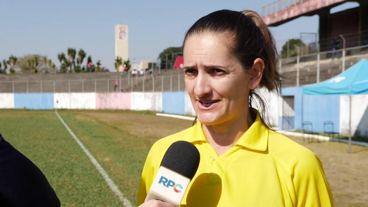 Camila Barbieri conversa com a árbitra Sandra Dawies