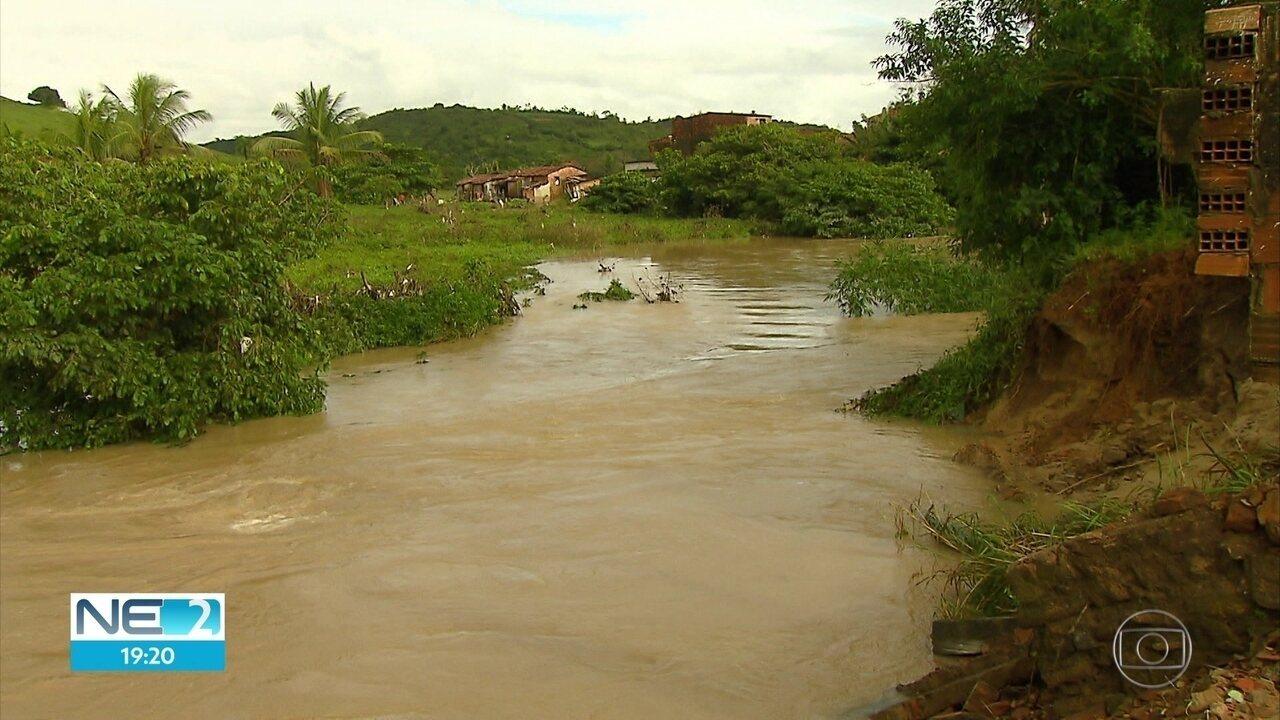 Rios transbordam por causa da chuva em Barreiros e mais de 500 famílias são prejudicadas