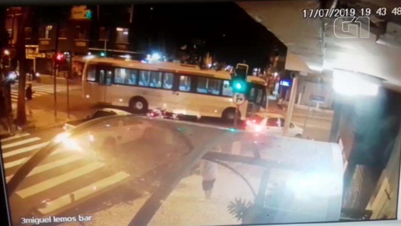 Vídeo mostra ônibus avançando sinal e atingindo jornalista em Copacabana
