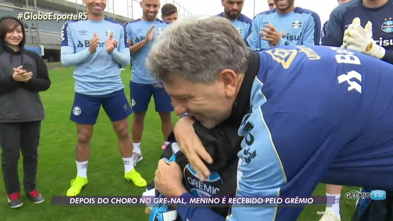 Mãe e menino hostilizados no Gre-Nal encontram jogadores do Grêmio e ganham presentes